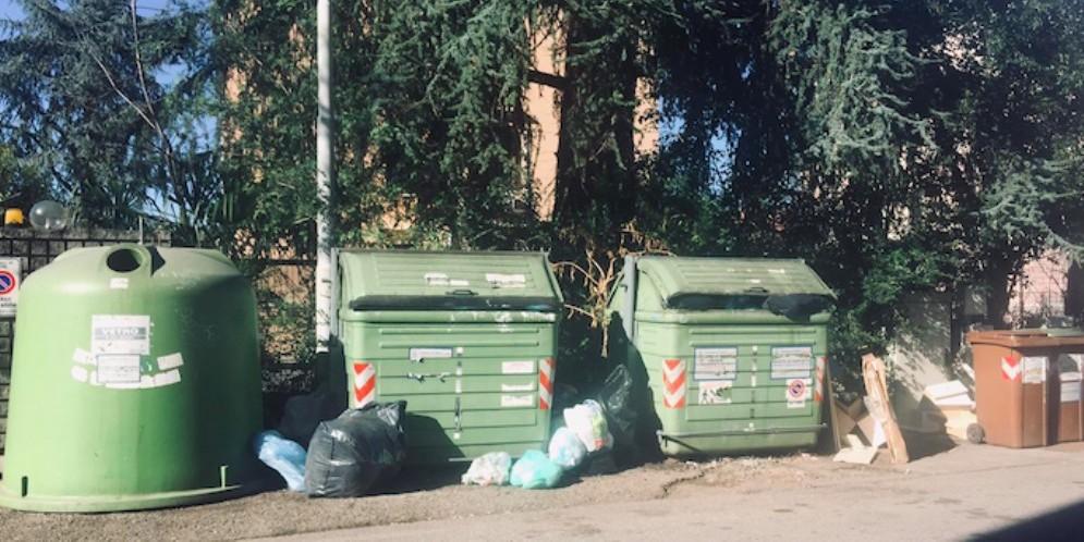 Rifiuti ingombranti abbandonati in via Napoli: lo sdegno dei residenti
