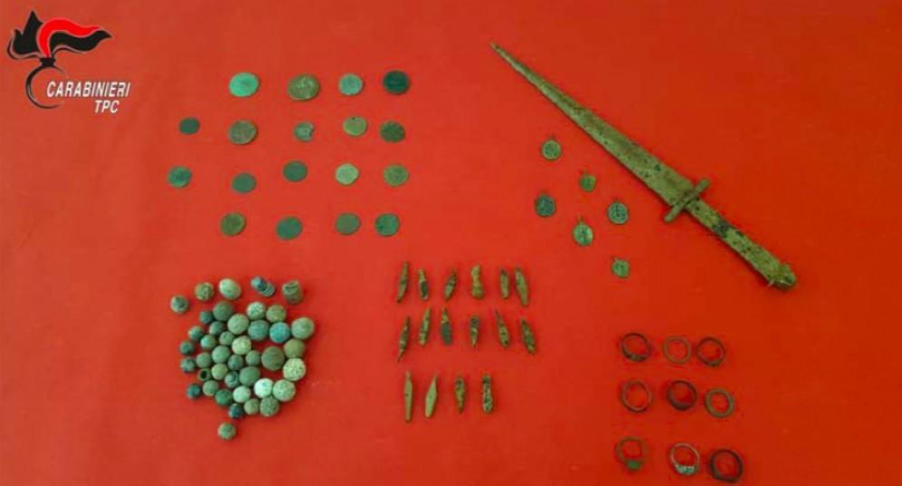 Trova decine di reperti con il metal detector: condannato 50enne carnico