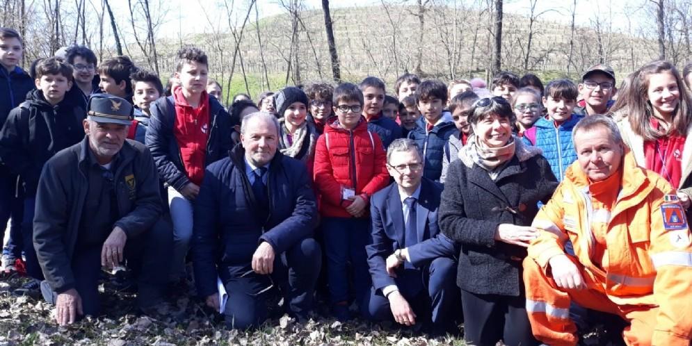Centotrenta alunni a lezione nel bosco Romagno con il Corpo forestale