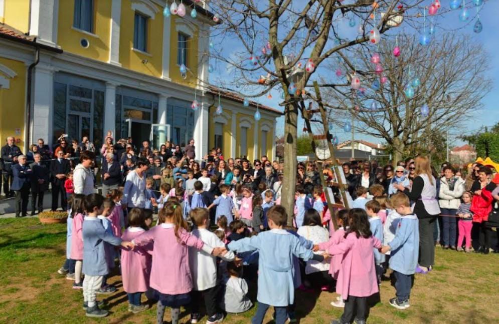 Inaugurato l'albero di Pasqua della scuola dell'infanzia di Sant'Osvaldo