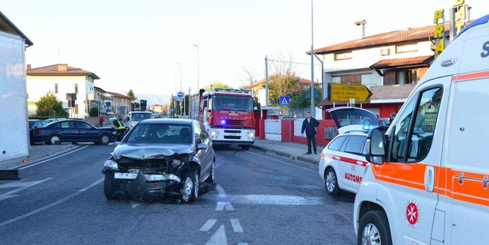 Auto perde il controllo e finisce contro due auto in sosta: ferito un 55enne