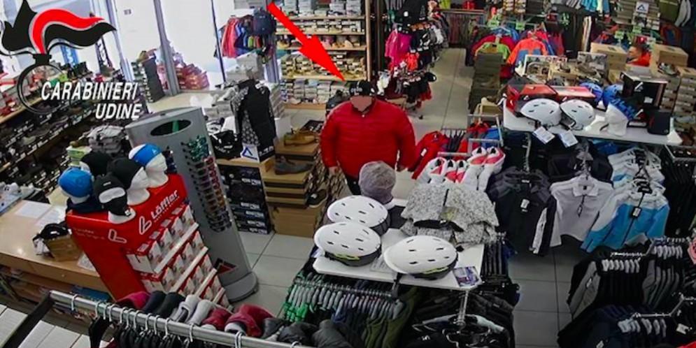 Rubano un paio di scarpe: identificati grazie alle telecamere di sorveglianza