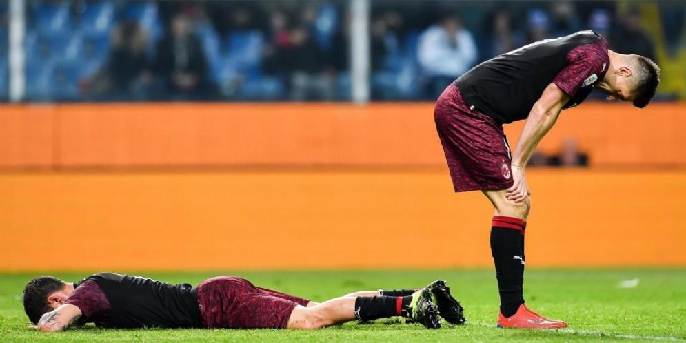 I giocatori del Milan affranti dopo la sconfitta