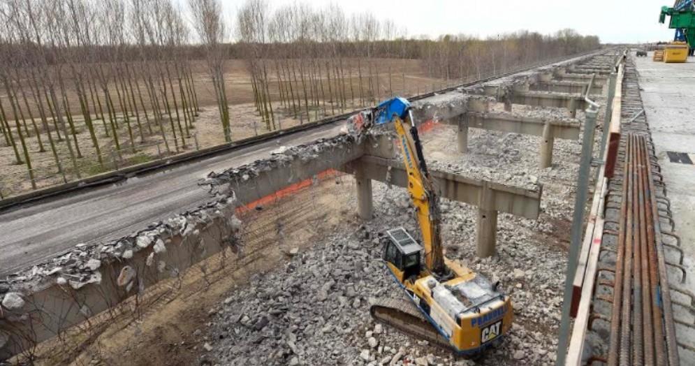 A4, iniziata la demolizione del vecchio ponte sul Tagliamento
