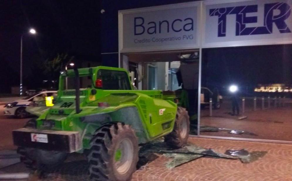 Abbattuta la vetrata del bancomat con un braccio meccanico: danni ingenti