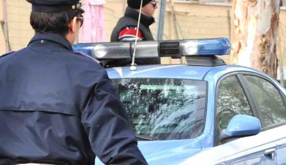 Infrangono una vetrina e rubano dieci coltelli, arrestati due iracheni