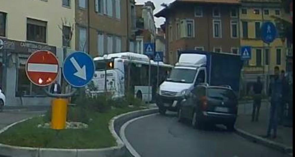 Camioncino contromano in piazza Garibaldi provoca un incidente