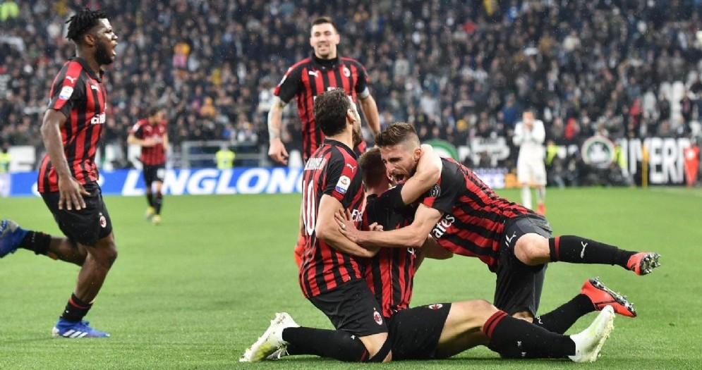 I rossoneri abbracciano Piatek autore del gol del vantaggio rossonero