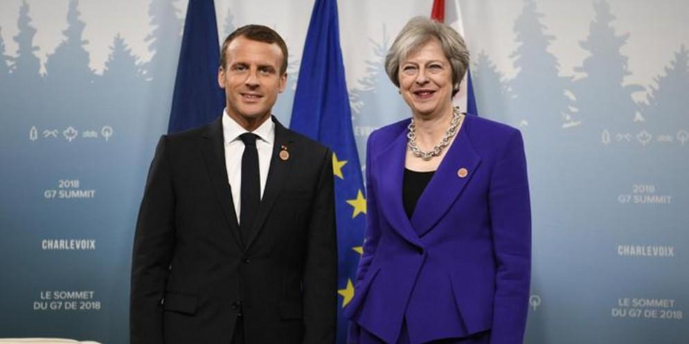 Emmanuel Macron con Theresa May