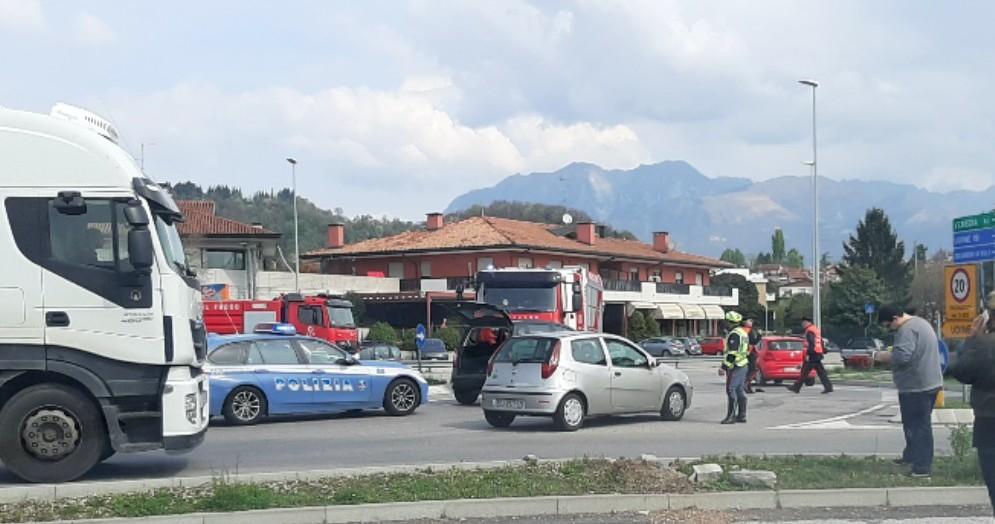 Incidente sulla rotonda: auto investe un ciclista 80enne