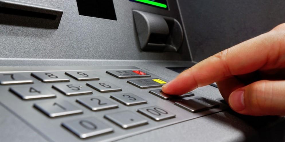 Rubano un bancomat e prelevano 600 euro: nei guai due ragazzi