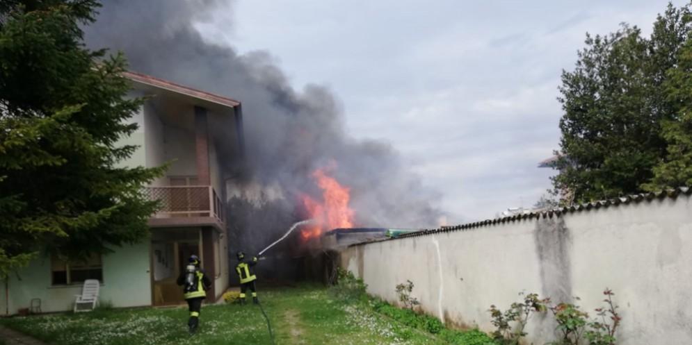 A fuoco un fabbricato: danni ingenti