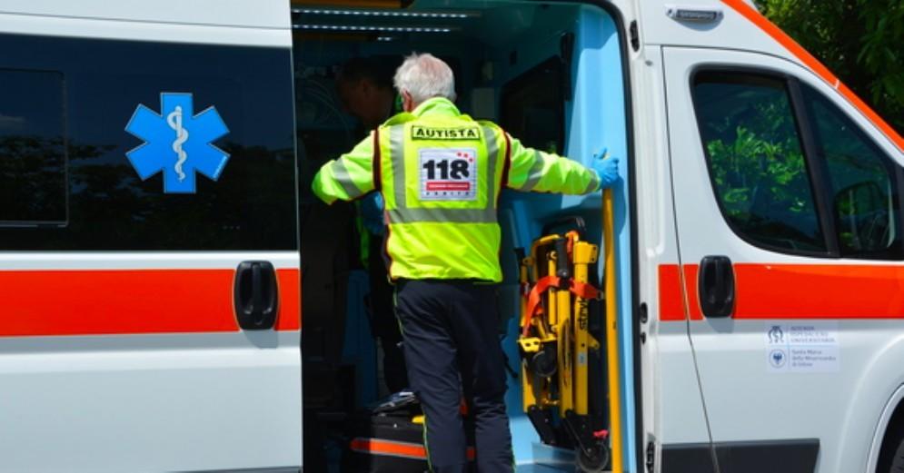 Cade dal cassone del camion: ferito un autista