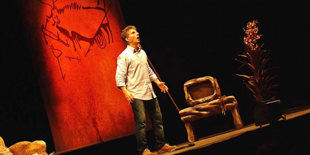 Arriva a teatro mercoledì 17 aprile One man show Caveman