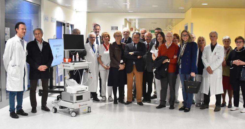 La donazione del nuovo videodermatoscopio alla Dermatologia dell'Asl di Biella