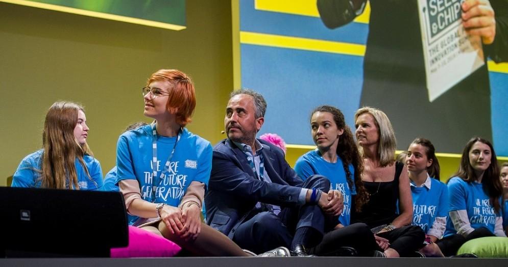 Marco Gualtieri, Presidente e ideatore di Seeds&Chips, con alcuni teenovators durante la scorsa edizione