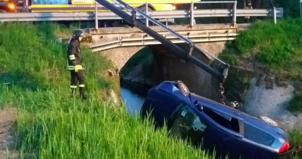 Auto finisce nel fosso: illeso il conducente