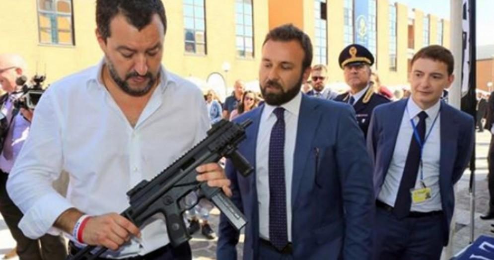 Matteo Salvini col mitra
