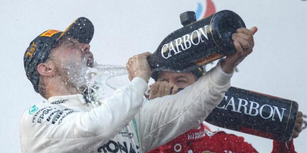 Bottas e Vettel festeggiano sul podio di Baku