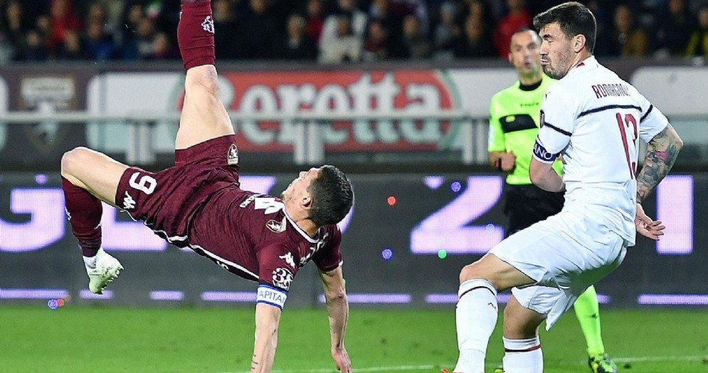 Belotti tenta una giocata acrobatica nell'area del Milan