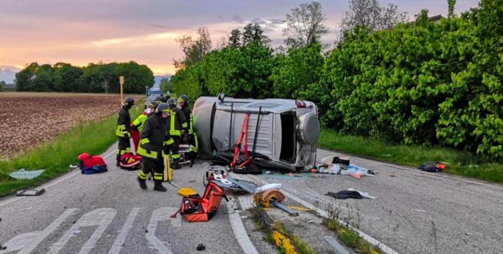 Scontro tra due auto per una mancata precedenza: 3 feriti