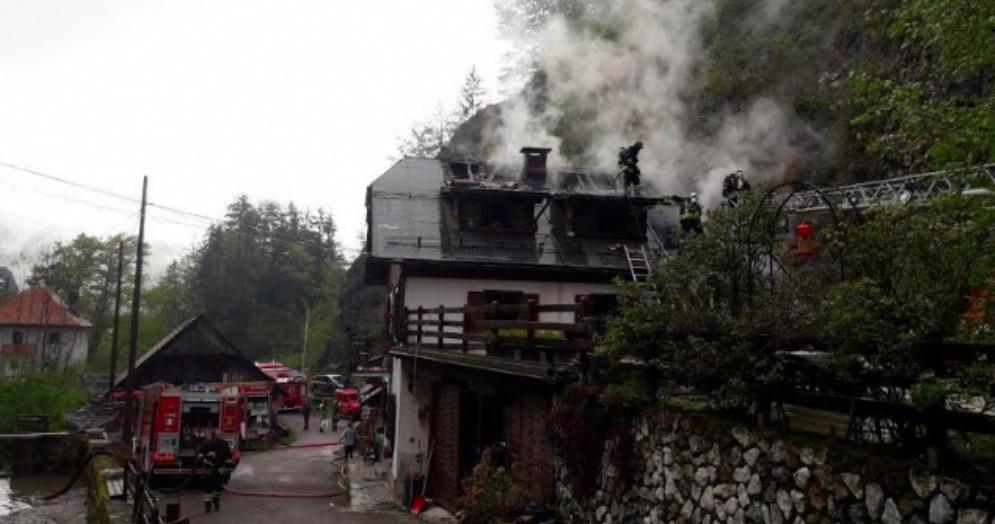 Tetto di una casa va a fuoco a Coccau: intervengono i vigili del fuoco