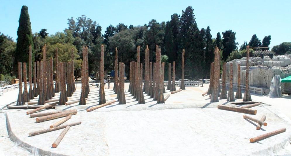 Gli abeti abbattuti dal maltempo rinascono al teatro greco di Siracusa