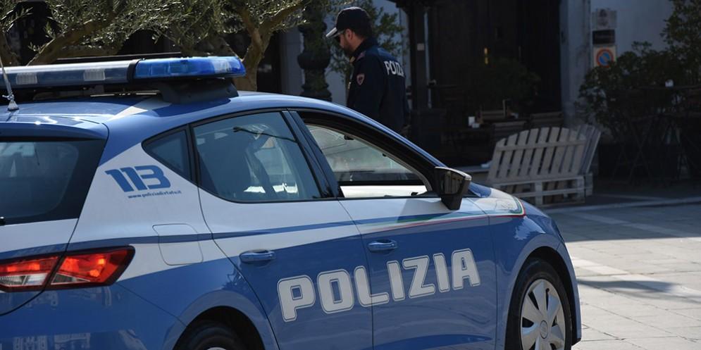 Minaccia di ferirsi con un coltello davanti a Cattinara: interviene la Polizia