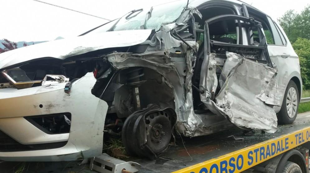 Camion invade la corsia opposta e sventra la fiancata di un'auto