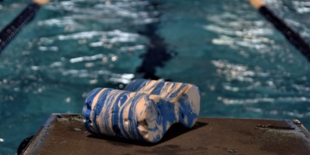 Furto in piscina: da un armadietto spariscono portafoglio e smartphone