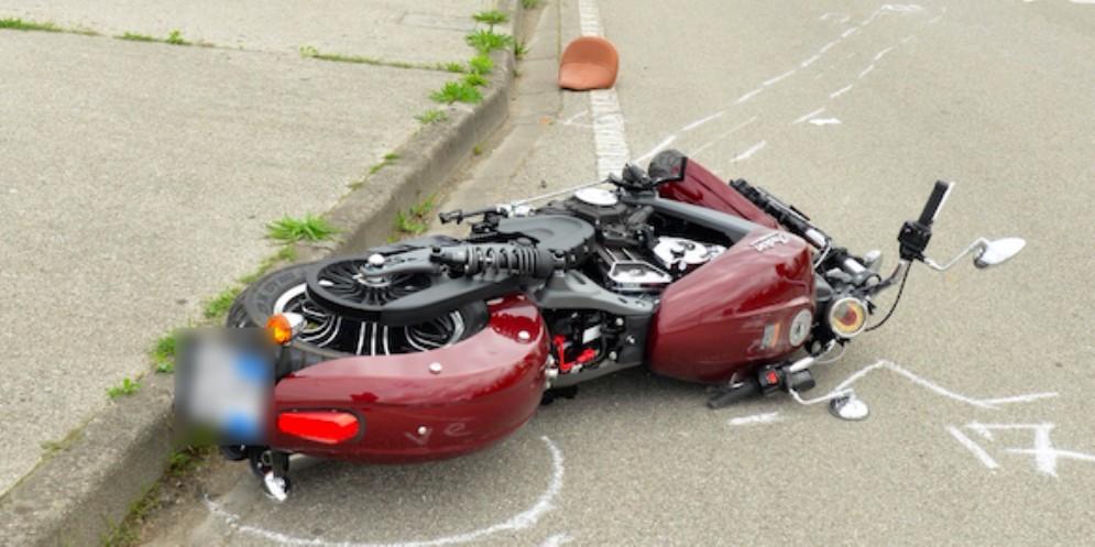 Caduto in moto giovedì: centauro 67enne muore in ospedale