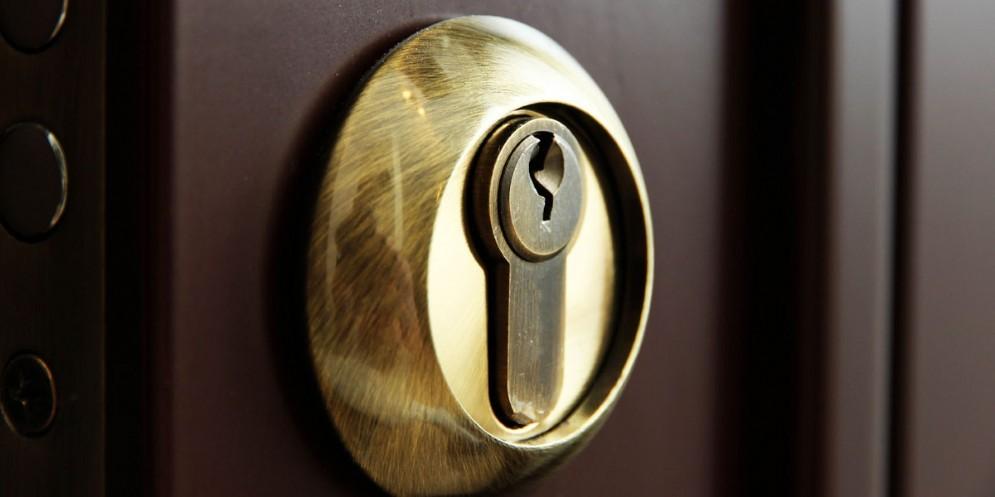Non chiude la porta blindata a chiave: i ladri entrano in casa e rubano 10 mila euro