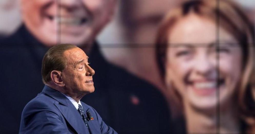 Silvio Berlusconi con sullo sfondo Giorgia Meloni