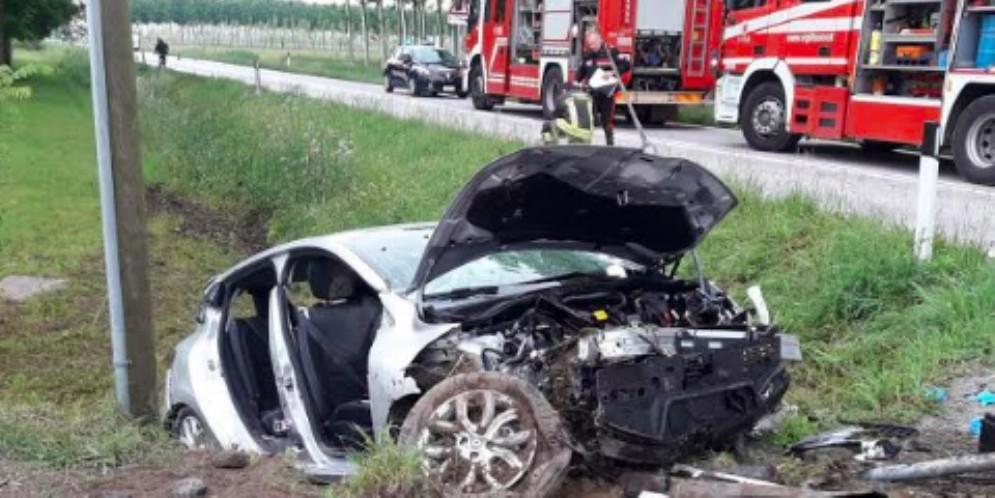 Gravissimo incidente all'alba: muore una ragazza di 22 anni