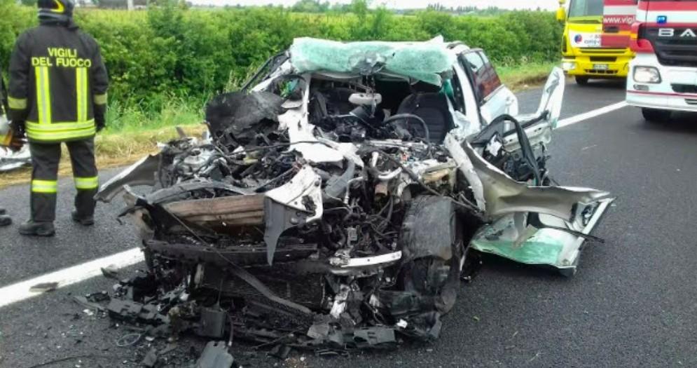 Auto finisce sotto un camion in A4: c'è un morto