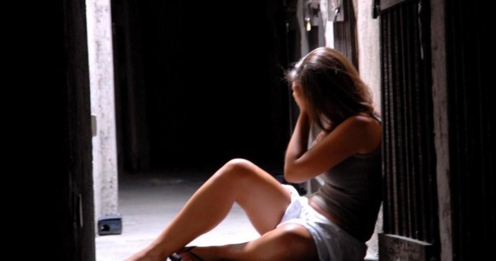 Allunga le mani su una domma molto più giovane di lui: denunciato per molestie sessuali