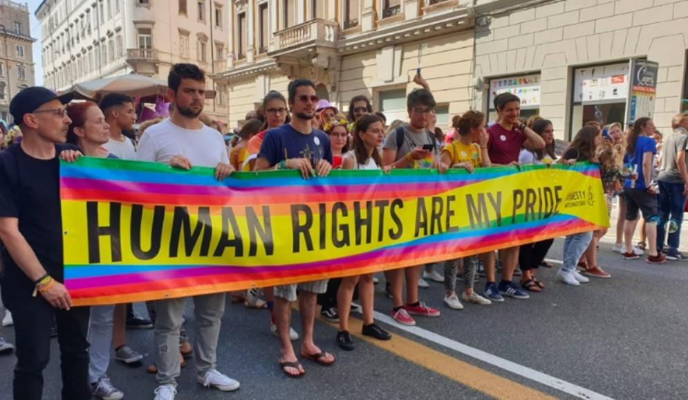 L'orgoglio gay scende in piazza: in migliaia al corteo di Trieste