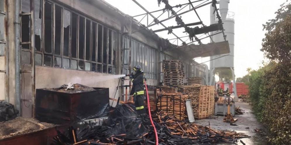 Va a fuoco una segheria: intervento dei vigili del fuoco