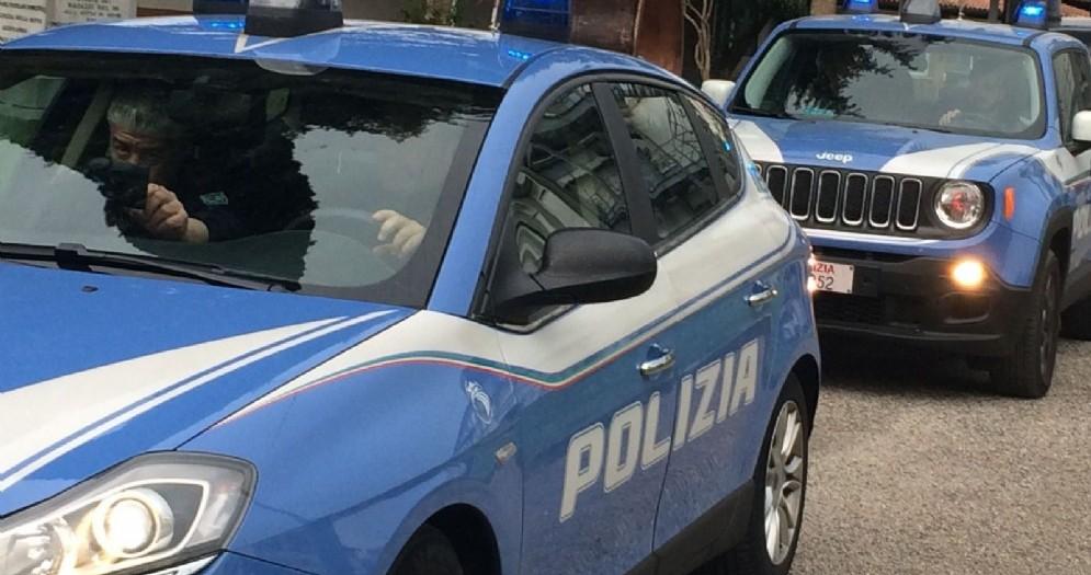 Truffano un venditore di auto e aggrediscono la Polizia: due in manette