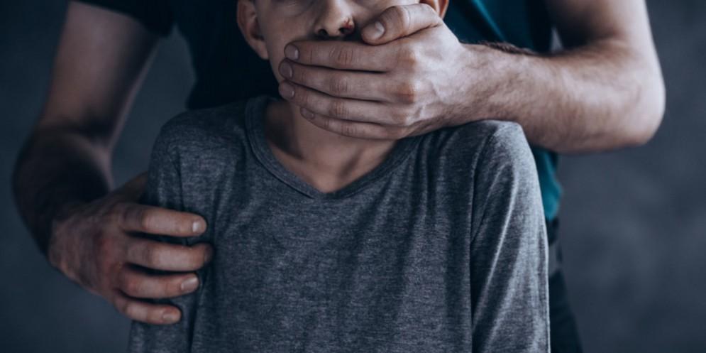Pedofilo recidivo abusa di una bambina di 9 anno poco dopo essere stato scarcerato
