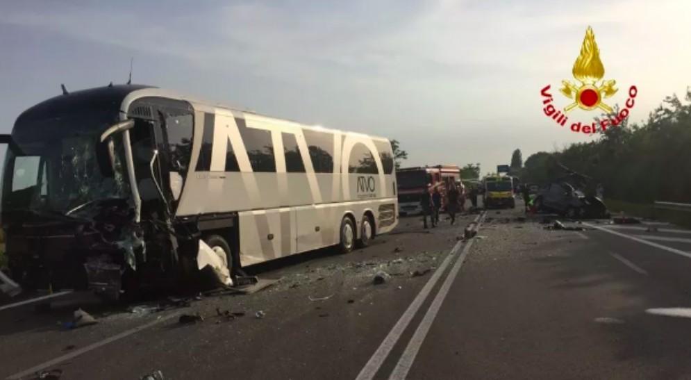 Auto finisce sotto un pullman diretto a Latisana: due morti