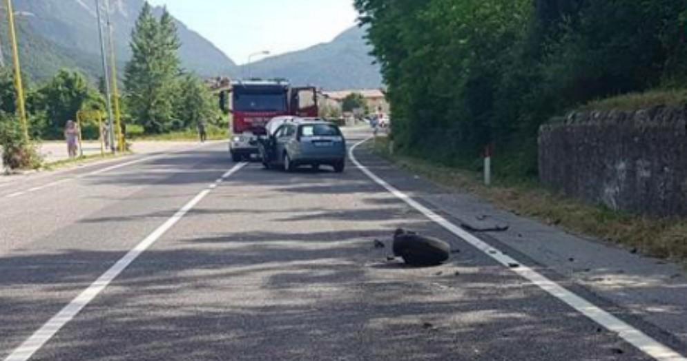 Grave incidente a Venzone: coinvolti due auto e uno scooter