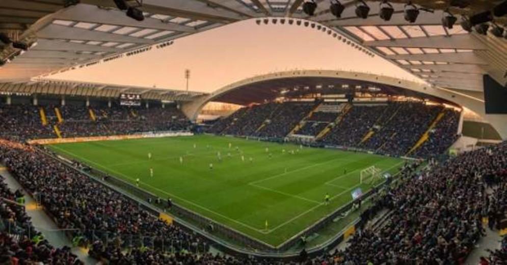 Tifosa del Napoli denunciata: ha invaso il campo per abbracciare Fabian Ruiz