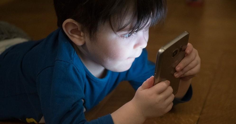 Un bambino con lo smartphone