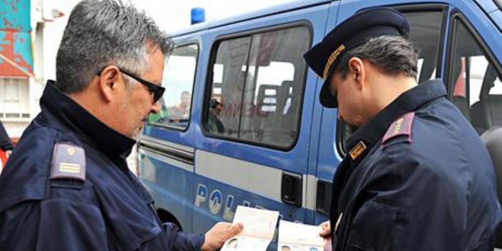 Rubavano nelle auto ferme in autogrill: arrestati due ucraini