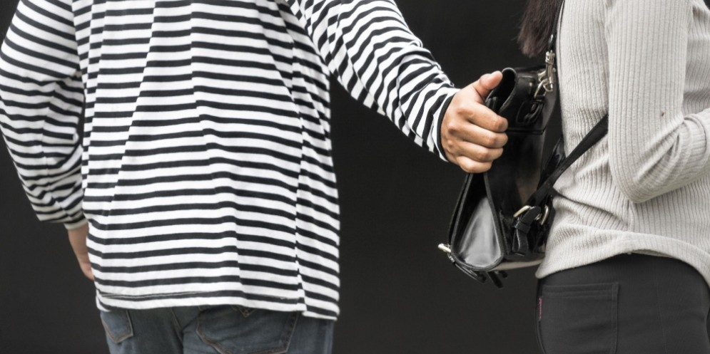 Borseggiatore scoperto alla fermata del bus: se la cava con una denuncia