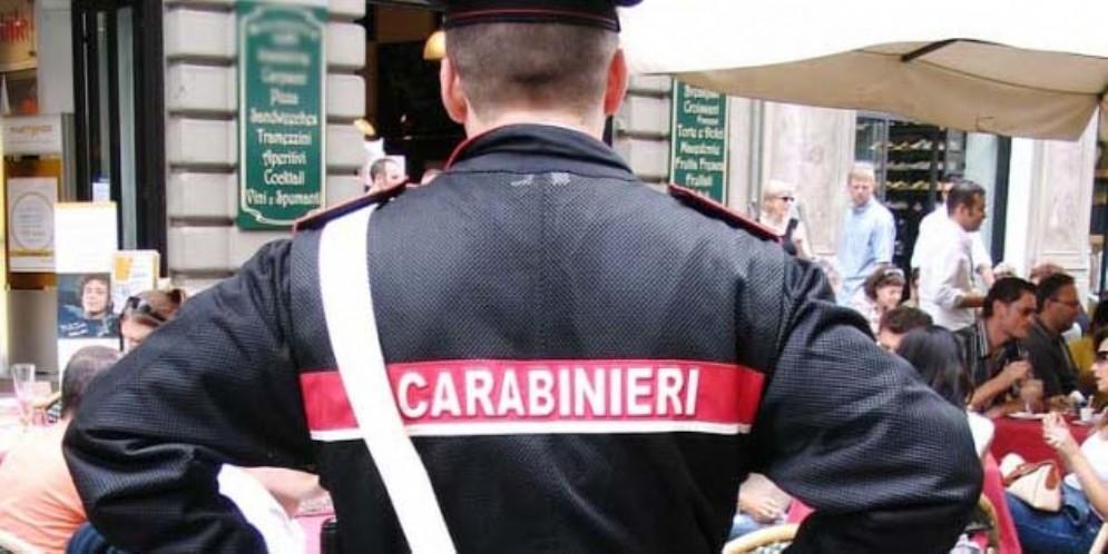 I carabinieri 'smontano' il caso del bimbo preso per mano nel parco
