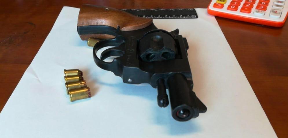 Ubriaco spara con la pistola scacciacani in casa: denunciato