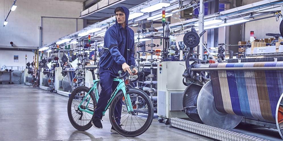 Un modello Guabello con bici elettrica Bianchi