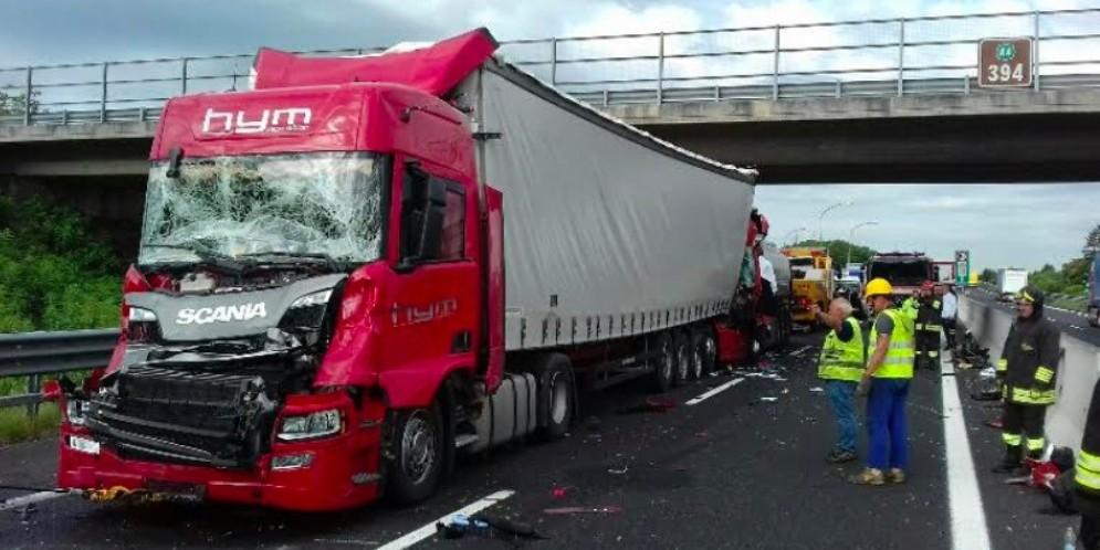 Tamponamento tra quattro mezzi pesanti in A4: un morto e un ferito
